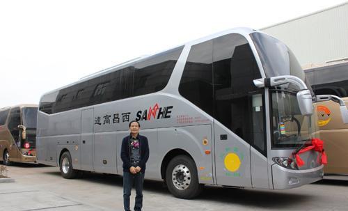 西昌三和高速客运董事长肖朝刚与豪华客车合影-1.2亿豪购斯堪尼亚海高清图片