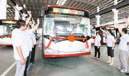 天津比亚迪首批33辆金马牌纯电动公交车下线高清图片