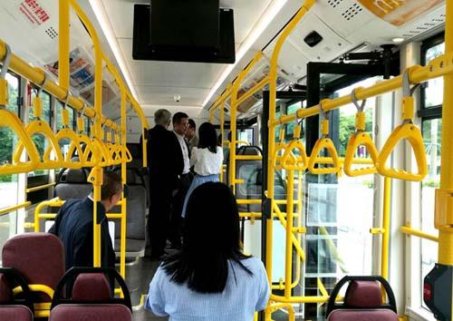 公交内部装饰-澳门首次投运40辆苏州金龙三门公交高清图片