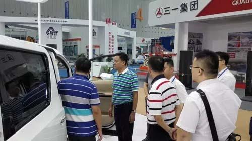 珠海市副市长王庆利检查银隆展位并给予充分肯定,李若含